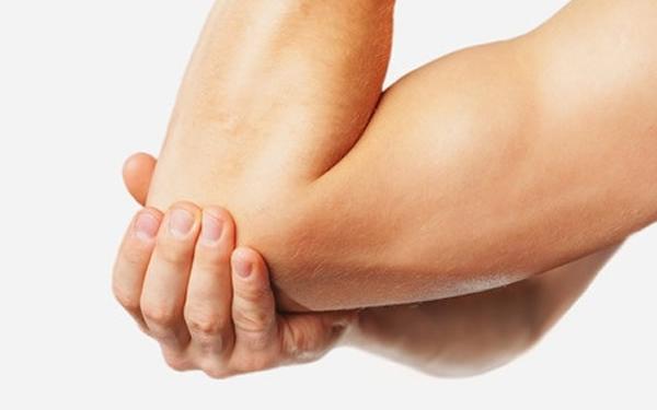 a kéz ízületi gyulladását okozza