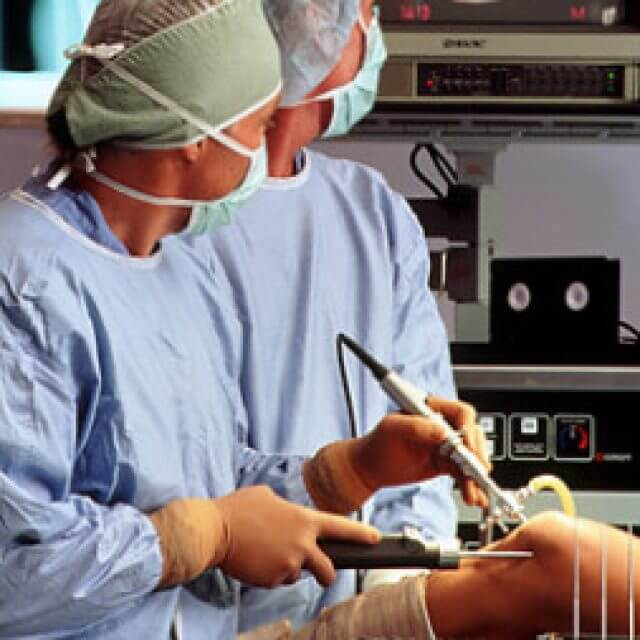 Osgood-Schlatter féle térdbetegség konzervatív- és műtéti kezelése