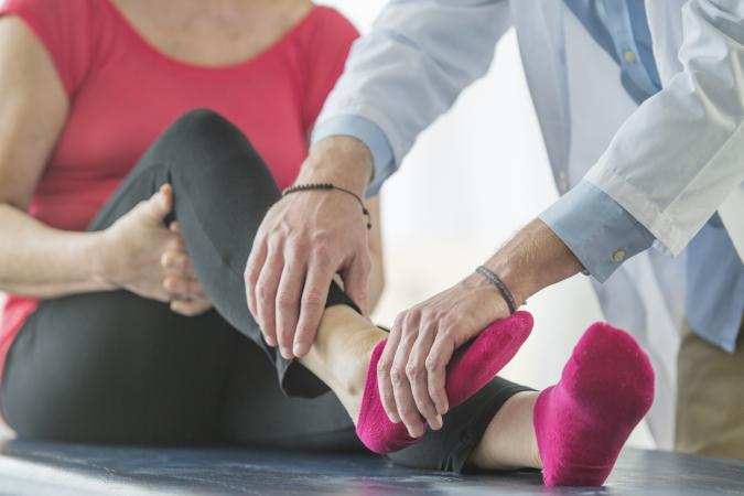 lézeres kezelés artrózis esetén térd dagadás oka